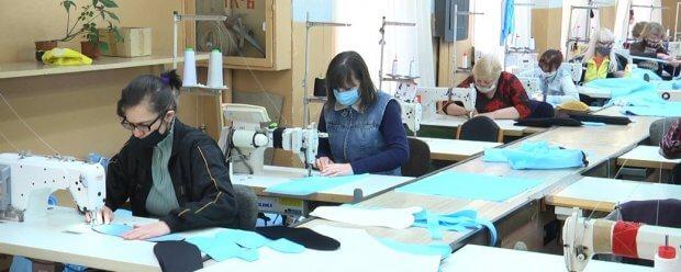 У Житомирському товаристві глухих пошили 100 тисяч захисних масок для медичних працівників. житомир, комплект індивідуального захисту, маска, підприємство, товариство глухих
