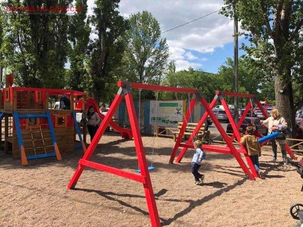 Детей в Одессе порадовали современным игровым пространством. одесса, дети, детская площадка, пандус, поліклініка