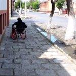 Виноградів без бар'єрів: як долають тротуари люди з інвалідністю та молоді мами (ВІДЕО)