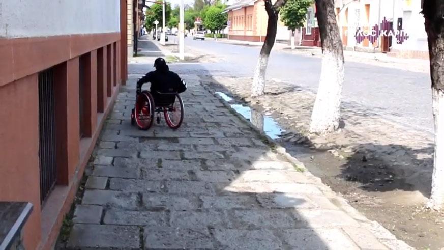 Виноградів без бар'єрів: як долають тротуари люди з інвалідністю та молоді мами (ВІДЕО). виноградів, доступ, ремонт, тротуар, інвалідність