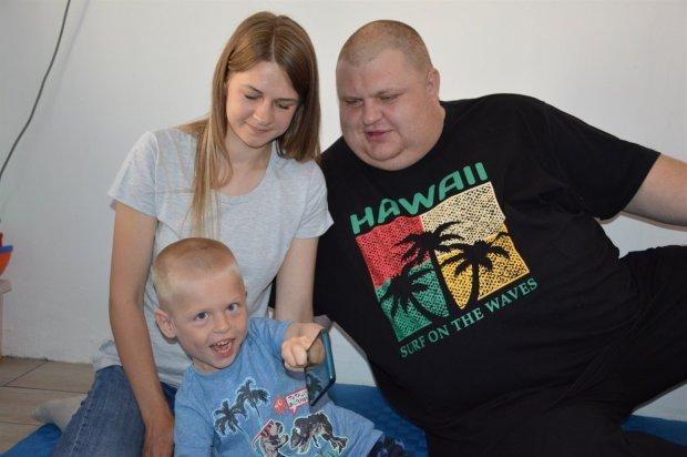 «Не соромимося Яна, любимо його». Родина зі Сватового розповідає, як виховує дитину з інвалідністю. марія та костянтин соболі, діагноз, лікування, реабілітація, інвалідність