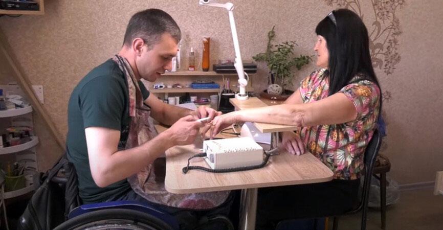В Краматорске лица с инвалидностью предлагают услуги маникюра и пошива одежды (ВИДЕО). краматорськ, инвалидность, маникюр, профессия, услуга