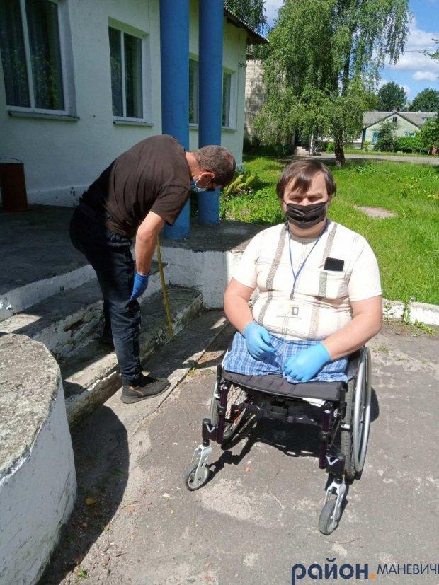 Маневичани перевірили чи легко потраплять люди з інвалідністю на вибори. маневицький район, вибори, перевірка, приміщення, інвалідність