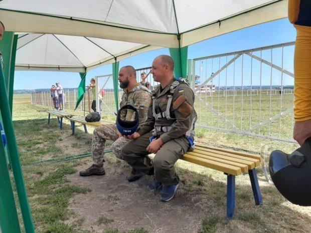 Під Харковом для ветеранів та волонтерів з інвалідністю провели стрибки з парашутом. авіастрибок, ветеран, волонтер, парашут, інвалідність
