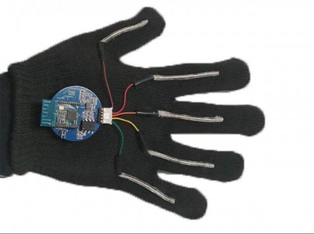У США розробили пристрій, що озвучує мову жестів. сша, мова жестів, мовлення, переклад, рукавичка