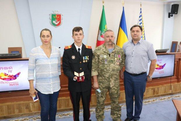 Наймолодшим в Україні кавалером ордена «За мужність» III ступеня став криворізький ліцеїст, який врятував п'ятьох дітей. олександр гаркуша, боєприпас, ліцеїст, орден за мужність, поранення