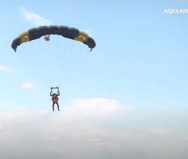 На Дніпропетровщині ветерани Російсько-Української війни стрибали з парашутом. ветеран, парашут, поранення, стрибок, інвалідність