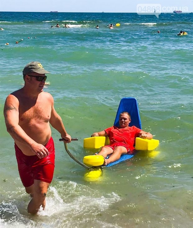 В Черноморске испытали приспособление для купания колясочников. черноморск, инвалидность, купание, пляж, приспособление