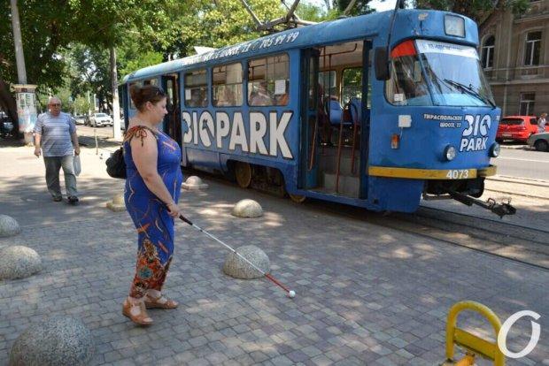 Хаос возле вокзала и жулики в такси: как инвалиды по зрению выживают в Одессе?. одесса, невидящий, помощь, транспорт, хаос