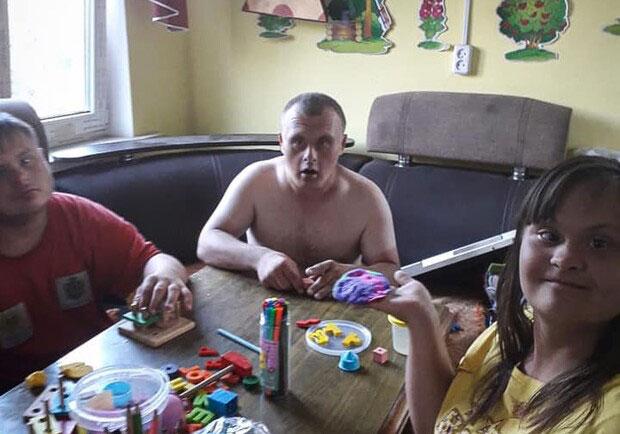 7 лет жил в больнице: мужчину с синдромом Дауна «усыновила» семья из Харькова. больница, инвалидность, мужчина, родственник, синдром дауна