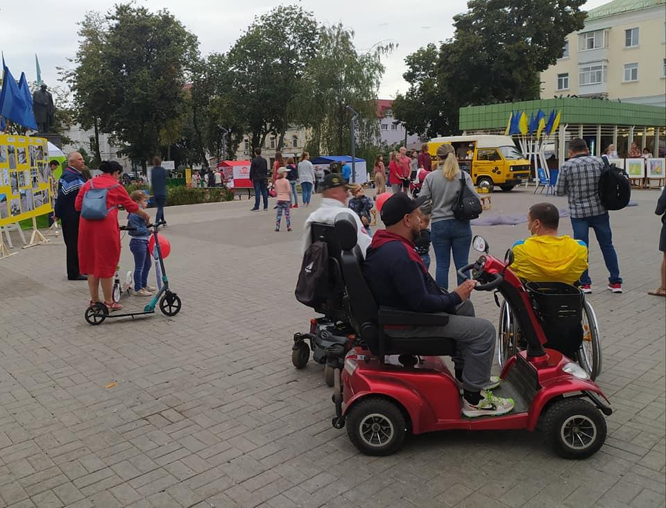 """Пресреліз: У Сумах провели акцію """"Місто, дружнє до візочка"""". суми, доступність, петиция, проєкт, інвалідність"""