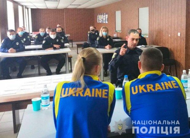 На Полтавщині поліцейські вивчали основи жестової мови. полтавщина, жестова мова, поліцейський, порушення слуху, інвалідність