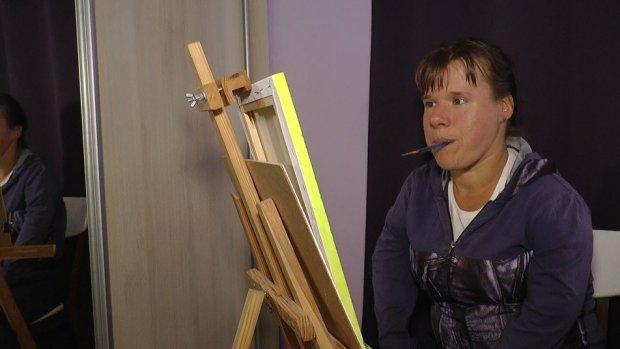 Малюють картини. Прикарпатки з інвалідністю Любов Оробець та Уляна Белей. любов оробець, оселя віри надії любові, уляна белей, картина, інвалідність
