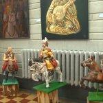 Козаки з пап'є-маше, створені людьми з інвалідністю, поряд із полотнами відомих художників (ВІДЕО)