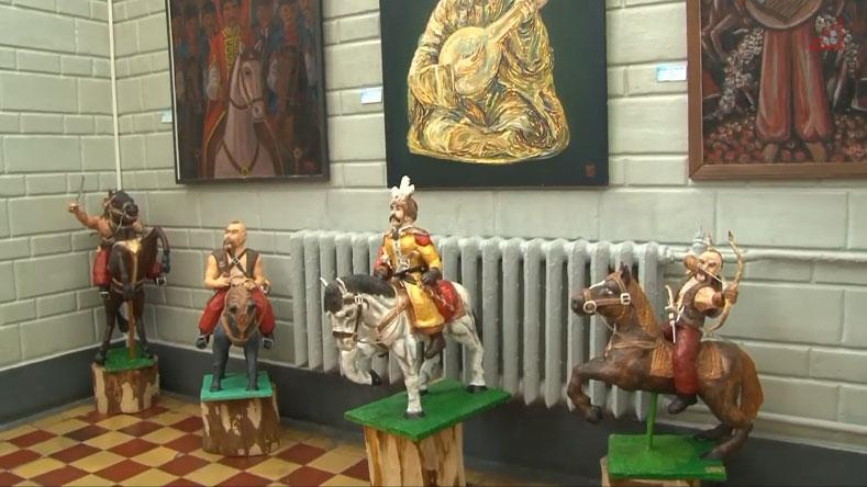 Козаки з пап'є-маше, створені людьми з інвалідністю, поряд із полотнами відомих художників (ВІДЕО). чернігів, виставка, козак, музей, інвалідність