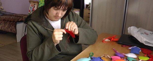 Створює вироби з фетру. Прикарпатка з інвалідністю Яна Хазанюк. оселя віри надії любові, яна хазанюк, виріб, фетр, інвалідність