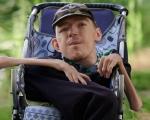 Жахливе каліцтво не заважає чоловіку допомагати сиротам і бійцям ООС. антон дубішин, волонтер, діагноз, спинна м'язова атрофія вердніга – гофмана, інвалідність