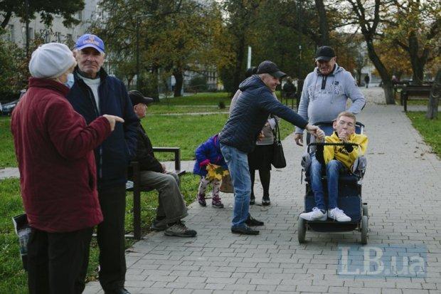 «Смерть ― моя добра подруга». Як Назар Гусаков зі спінальною м'язовою атрофією робить Львів більш інклюзивним. назар гусаков, сма, лікування, пандус, інвалідність