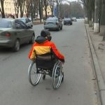 """""""Водії давали жилетки, щоб було видно"""". Сумчани з інвалідністю показали, як пересуваються Троїцькою (ФОТО)"""