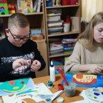 Світлина. Арт-терапевтичне заняття для дітей із інвалідністю «Будиночок мрій». Новини, інвалідність, Луцьк, арт-терапія, ізотерапія, аплікація