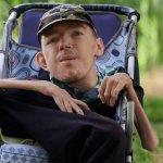 Жахливе каліцтво не заважає чоловіку допомагати сиротам і бійцям ООС
