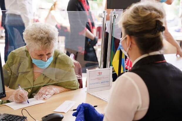 «Прозорі офіси» міськради обслуговують вінничан, які за станом здоров'я не можуть виходити з дому. вінниця, прозорий офіс, документ, мобільний адміністратор, інвалідність