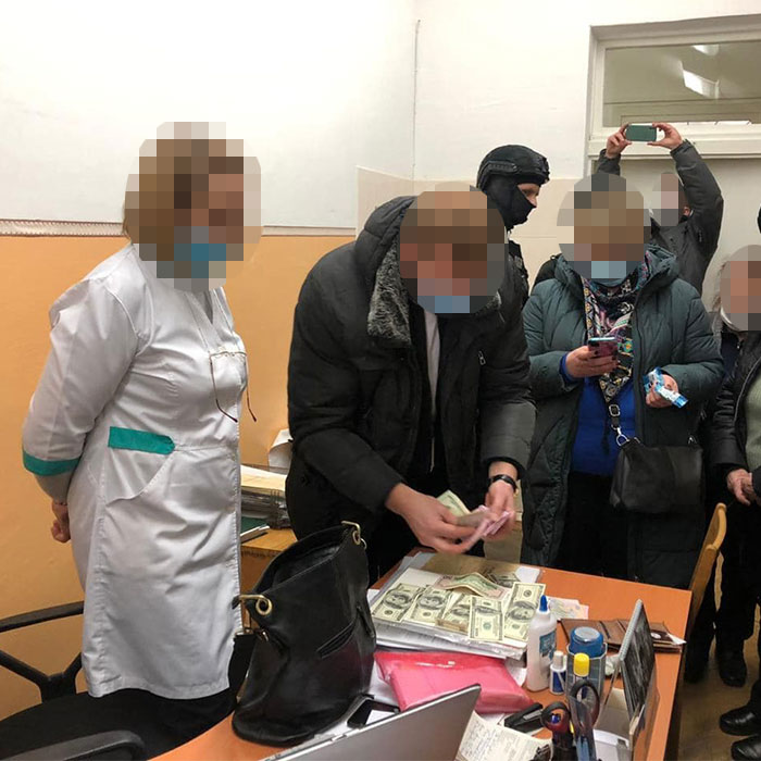 Медпрацівника викрито на хабарі у 2300 доларів США за присвоєння групи інвалідності ветерану АТО. ветеран ато, медпрацівник, неправомірна вигода, хабар, інвалідність