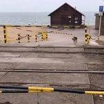 Світлина. Доступ закрыт: мариупольцы не могут попасть на пляж для людей с инвалидностью. Безбар'ерність, инвалидность, Мариуполь, инвалидная коляска, пляж, шлагбаум