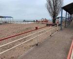 Доступ закрыт: мариупольцы не могут попасть на пляж для людей с инвалидностью (ФОТО). мариуполь, инвалидная коляска, инвалидность, пляж, шлагбаум