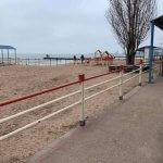 Доступ закрыт: мариупольцы не могут попасть на пляж для людей с инвалидностью (ФОТО)