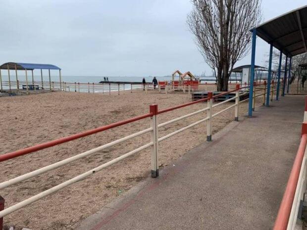 Доступ закрыт: мариупольцы не могут попасть на пляж для людей с инвалидностью. мариуполь, инвалидная коляска, инвалидность, пляж, шлагбаум