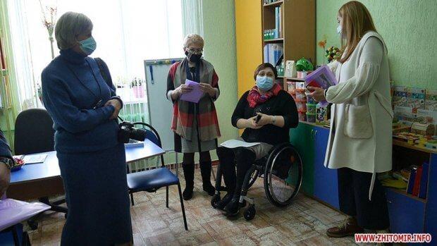 Депутатам Житомирської міськради показали Центр реабілітації для дітей з інвалідністю, аби вони розуміли потреби соцзакладів. житомир, центр реабілітації, депутат, екскурсія, інвалідність
