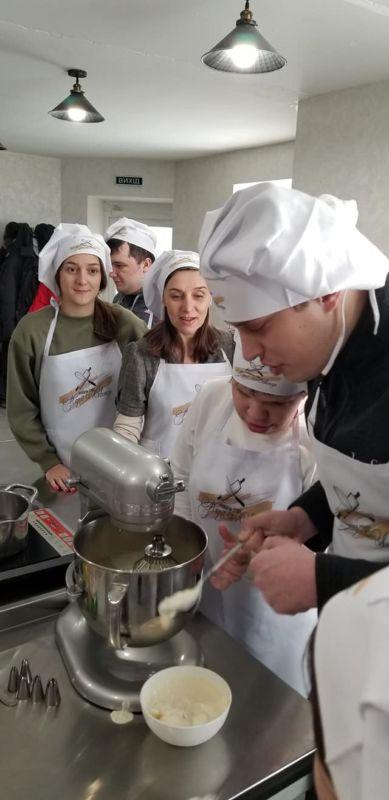 """У Тернополі стартував інклюзивний кулінарний проєкт """"Смакуємо по-особливому"""" (ФОТО). тернопіль, кулінарний проєкт смакуємо по-особливому, особливими освітніми потребами, самореалізація, інвалідність"""