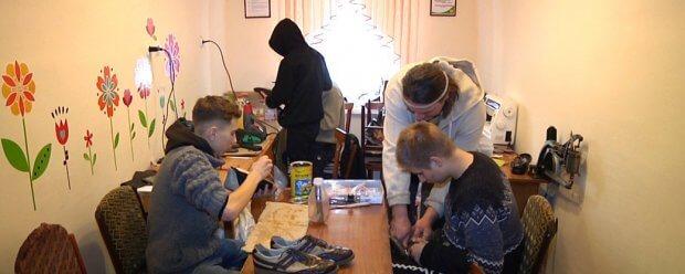 Перша професія: у житомирській спецшколі діти з інвалідністю вчаться шити і ремонтувати взуття. житомир, взуття, гурток, спецшкола, інвалідність