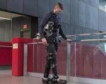 Экзоскелет с искусственным интеллектом возвращает людям способность ходить (ВИДЕО). искусственный интеллект, парализованный, ученый, ходьба, экзоскелет exonet