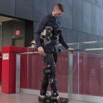 Экзоскелет с искусственным интеллектом возвращает людям способность ходить (ВИДЕО)