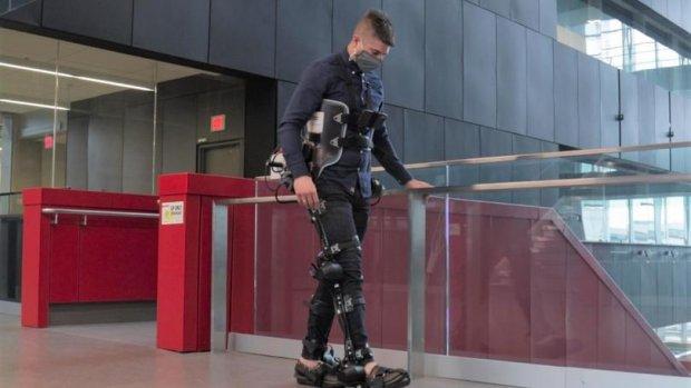 Экзоскелет с искусственным интеллектом возвращает людям способность ходить. искусственный интеллект, парализованный, ученый, ходьба, экзоскелет exonet