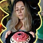 В Житомире девушка с глухотой создает витражи на тортах: секреты мастерства