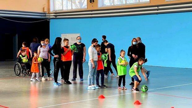 У Кропивницькому футболіст-паралімпієць Євген Зінов'єв тренує дітей з інвалідністю. євген зінов'єв, кропивницький, тренування, футболіст-паралімпієць, інвалідність