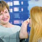 Віра Омельчук робить макіяж ногами за 12 хвилин
