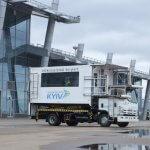 На фото: машина-амбуліфт для транспортування людей з обмеженими можливостями до літака