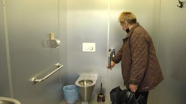 У Житомирі із 40 громадських туалетів для людей з інвалідністю пристосовані чотири. житомир, візок, доступність, туалет, інвалідність