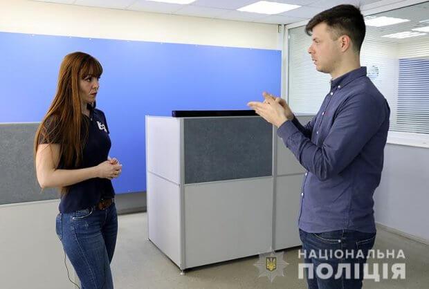 У поліції Києва запрацював пілотний проєкт з використання екстреної служби 102 для допомоги людям з порушенням слуху. київ, допомога, нечуючий, поліція, порушення слуху