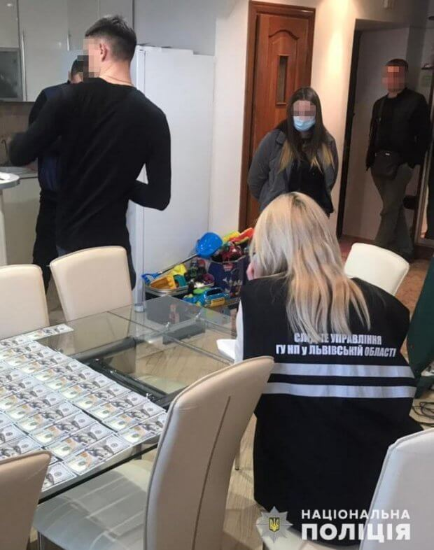 У Львові правоохоронці затримали лікарку під час одержання нею хабаря у сумі 8 тисяч доларів США. львів, лікарка, правоохоронець, хабар, інвалідність