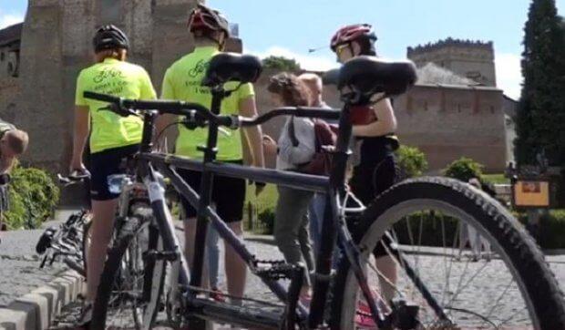 У Луцьку стартував велопробіг за участю незрячих велосипедистів. бачу можу допоможу, луцьк, велопробіг, велосипедист, незрячий