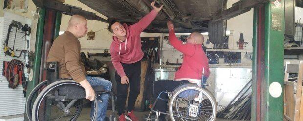 """Майстерня """"Поршень"""": як на Волині перероблюють авто для людей з інвалідністю. волинь, авто, автомайстерня поршень, ручне керування, інвалідність"""