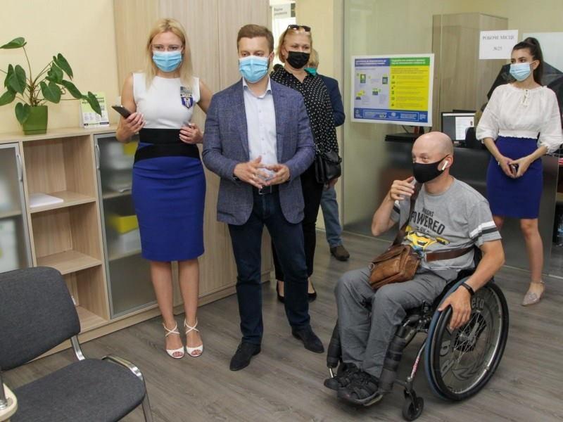 """Послуги для всіх? Депутати """"ЄС"""" разом з інспектором на візку перевірили доступність ЦНАПів. київ, цнап, доступність, перевірка, інвалідність"""