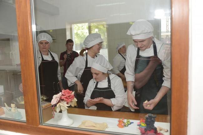 У Рівному реалізовують унікальний проект для людей з інвалідністю. рівне, кухар-кондитер, проект іди і роби, соціалізація, інвалідність