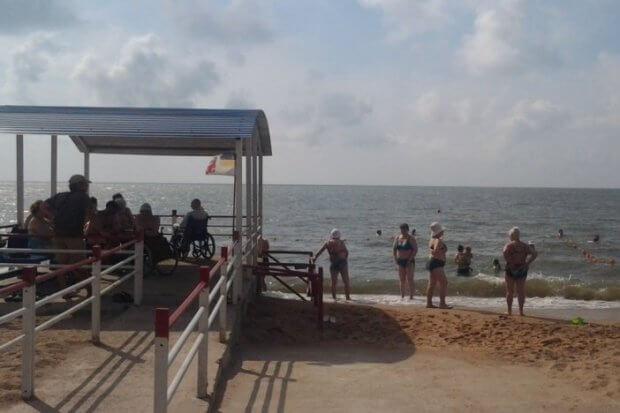 На пляжі для людей з інвалідністю відкрито купальний сезон. мариуполь, доступність, комфорт, пляж, інвалідність