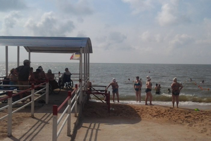 На пляжі для людей з інвалідністю відкрито купальний сезон (ФОТО). мариуполь, доступність, комфорт, пляж, інвалідність